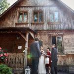 Drewniana kaplica w Choszczówce - zdjęcia ślubne