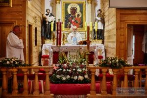 Drewniany kościół św Michała Archanioła na ul. Głębockiej na Białołęce. Zdjęcie ze Mszy chrzcielnej z zastrzeżeniem wizerunku.