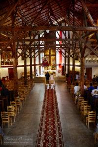 Parafia Gwiazdzista - drewno, czerwona cegła, białe ściany - zdjęcia ślubne - wizerunek PM zastrzeżony